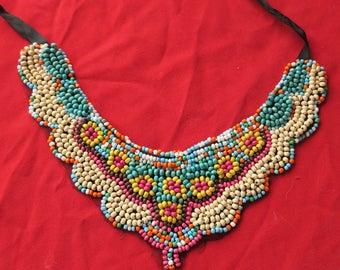 bijoux collier fantaisie moderne travail d'artiste composé de perles en bois teintées sur dentelle,modern fantasy necklace artist work