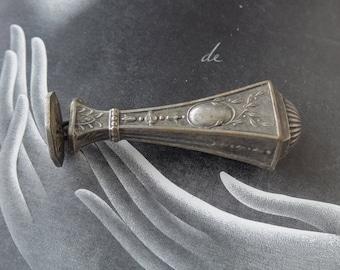 Joli sceau-cachet-tampon ancien en métal argenté, jolie ciselure, Nice seal-stamp-stamp old silver metal, pretty carving,
