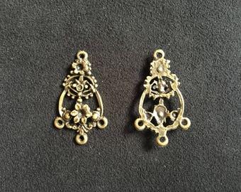 2 Connecteurs breloques antiques trois crochets motif floral bronze