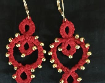 Small earrings red vic cotton tatted lace and glass beads gold
