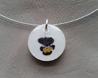 round neck + round pendant in resin and dried pansy flower