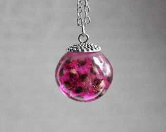 Necklace 77 cm + pendant, Sphere 2.5 cm resin inclusion of Stillingias Roses
