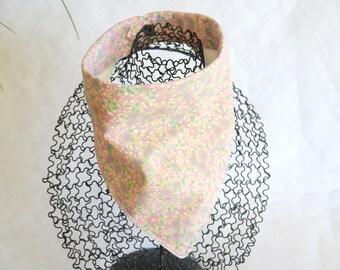 Bavoir bandana foulard cowboy fond orangé et petites fleurs