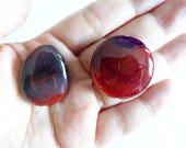 Lot de 2 perles bombées en agate veine de dragon rouge, violet et brun