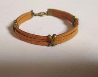 Warm brown suede bracelet with Ribbon passes bronze