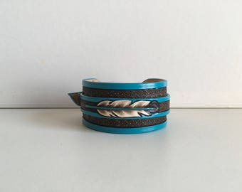 Strength bracelet embossed leather, craft pattern: Feather and turquoise