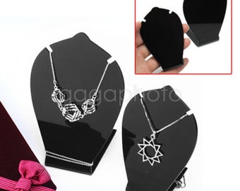 2 displays pendant necklace 10 and 8 cm
