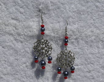 Earring with silver print and beads