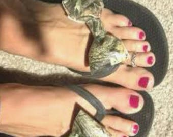 Camouflage bow flip flops