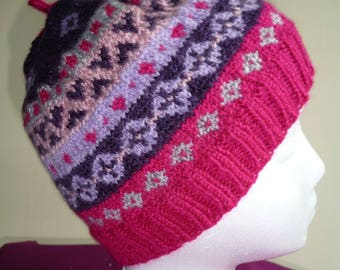 Beanie hat, knitted in Fair Isle, in magenta, purple and pink. Bonnet tricoté en jacquard, cerise/marron/rose, unisexe