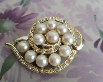 Vintage faux  pearl in silvertone brooch with rhinestones