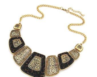 Collier doré sculté en filigrane et plaquette résine noire et cuivré, style bijoux Perse, gréco-Romain