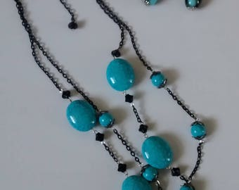 Turquoise and black cabachon bib necklace. Black chain.