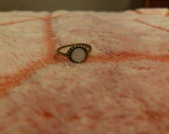 Simple gold/milky white stone midi ring. (4)
