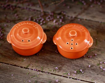 French vintage set salt pepper shaker orange ceramic LE CREUSET. Salt pepper shaker. Pepper shaker. Salt and pepper shaker. Kitchen shaker.