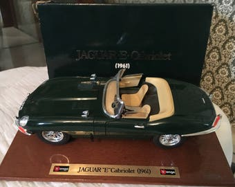 Bburago 1961 Jaguar E Cabriolet Wood Base 1:18 Scale Die Cast Desk Model Car