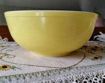 Pyrex Yellow 4 quart Mixing bowl Vintage