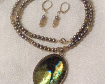 Labradorite Pendant Gray Pearl necklace