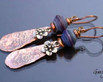 Violetta - boucles d'oreille lampwork toupie, cuivre martelé et fleur argent - bo gaelys