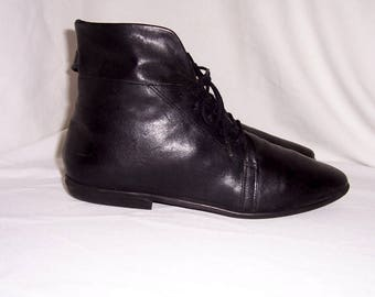 Sz 9m Vintage black leather 1990s women flat lace up granny ankle boots.