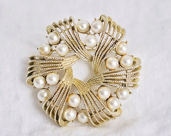 Gold Tone Pearl Wreath Brooch