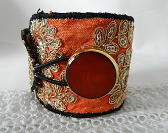 Adjustable cuff bracelet, with flowery embroidery