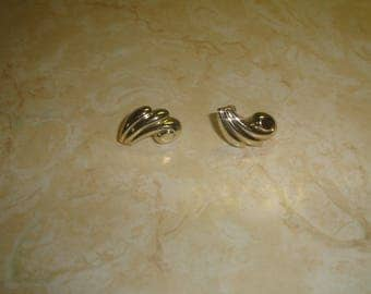 vintage screw back earrings goldtone scroll