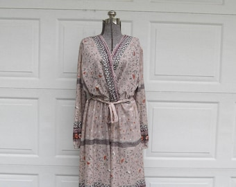 1970s vintage bohemian floral dress with scalloped neckline, long sleeved maxi dress, M/L