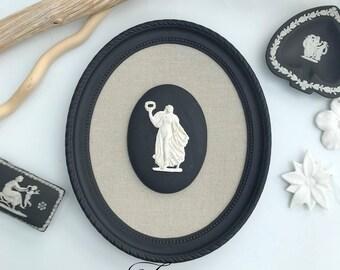 Cadre ovale noir et son fond lin sur un ovale style Wedgwood la dame à la couronne noir et blanc patiné