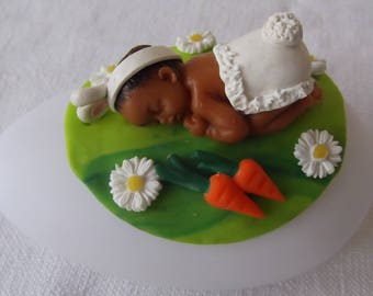 Veilleuse à led galet bébé lapin sur son tapis d'herbe et de marguerites en porcelaine froide