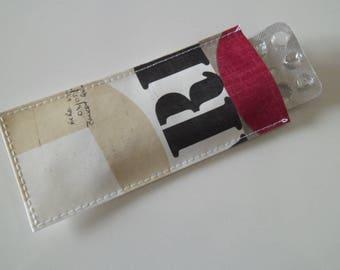 Etui à pilules / pilulier femme beige, rouge et noir