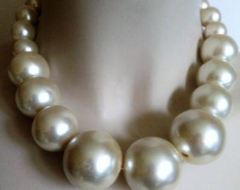 High quality chunky large plastic pearl graduated bead necklace retro design