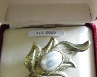 Camelot 9ct yellow/gold leaf brooch with pearl