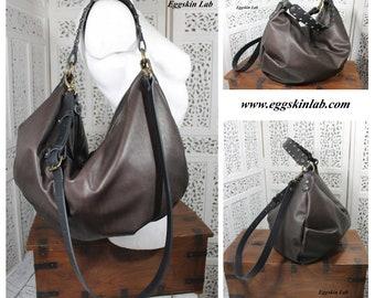 Astrea, borsa/sacca in pelle e cuoio italiani di ottima qualità color marrone scuro e nero, morbida, borsa tracolla e a spalla regolabile.