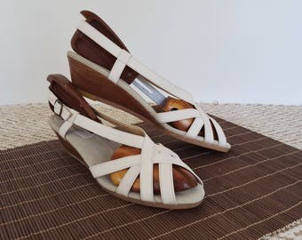 60s 70s White Leather Slingback Wedges Strappy Peep Toe Wooden Wedge Sandals 8.5 9 NARROW