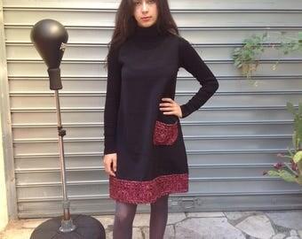 robe  trapèze chasuble en laine noire et rouge sans manches