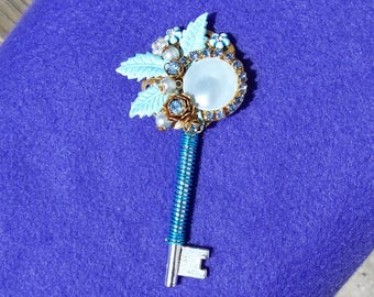 Vintage Costume Jewelry SKELETON KEY Pendant Decorative