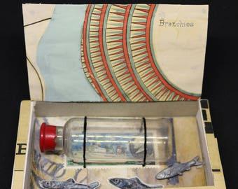 """Art box :petit diorama réalisé dans une boîte d'allumette """"la perche"""".Petit flacon.Bateau."""
