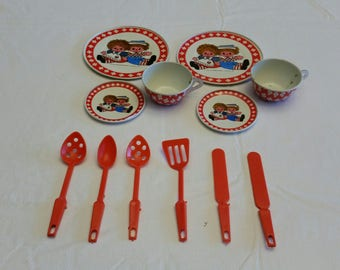 set of 12 raggedy ann & andy teacups and saucers 1972 childs toy minature dollhouse dishes and utensils - tin metal plastic - bobbs merrill