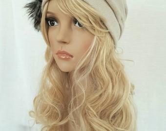 Chapeau/Toque beige avec pompon fausse fourrure, Toque à plis, Bonnet/Toque,