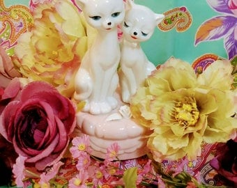 Kitsch Kitties Wind-up Figurine Music box, Plays the 1981 Showtune, Memory from the musical Cats, Porcelain Cat Statuette Music Box