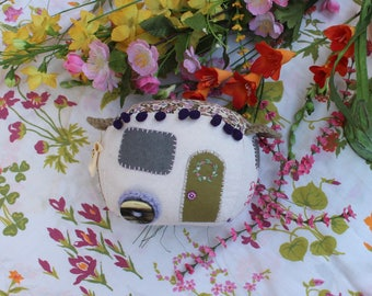 Small felt embroidered Bohemian, shabby chic vintage caravan / Little vintage trailer in felt embroidered felt bohemian, shabby chic