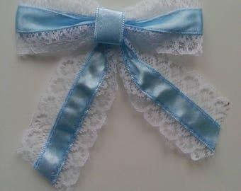 un tres joli noeud satin bleu et dentelle blanc 9*10cm