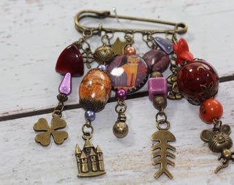 Oliver Twist, PIN and bronze beads, charms