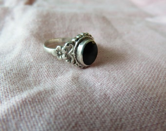 Pretty, Vintage Sterling Silver Ring with Black Stone and Detailed Flower Band  Size 5 1/2   #44