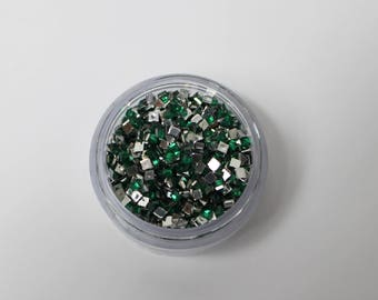 6.1 g 3 mm dark green square rhinestones has coller(environ 1830 strass)