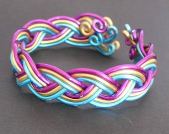 Tri-color braided bracelet in aluminum wire