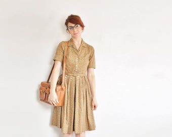handsome tan floral 1950 shirtwaist . novelty tiny heart flower and leaf print dress .extra small.small.xs