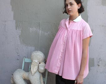Vintage 1950s Blouse // 50s 60s Powder Pink and White Polka Dot Trapeze Short Sleeve Top // Pleated Maternity Collared Babydoll Blouse