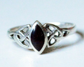 SALE Vintage Sterling Silver Celtic Knot Black Onyx Inlay Style Band Ring Size 7
